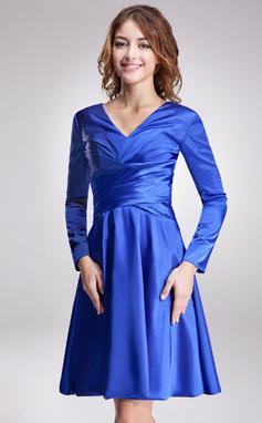 A-linjeformat V-ringning Knälång Charmeuse Kate Middleton Style med Rufsar (044020901)