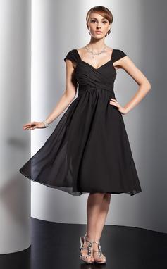 Vestidos princesa/ Formato A Decote V Coquetel De chiffon Vestido de madrinha com Pregueado Curvado (007051844)