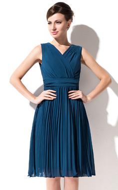 A-Line/Princess V-neck Knee-Length Chiffon Bridesmaid Dress With Pleated (007055178)
