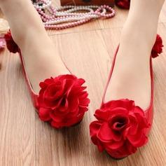 Женщины Лакированная кожа Низкий каблук Закрытый мыс На каблуках с Цветок Шнуровка (047107059)