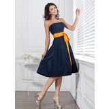 A-Linjainen Olkaimeton Polvipituinen Tafti Morsiusneitojen mekko jossa Satiininauhavöitä Rusetti (007004106)